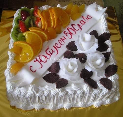 Торт украшенный фруктами и розами - №6
